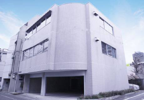 右手に3階建ての建物