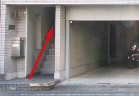 建物の2階へ